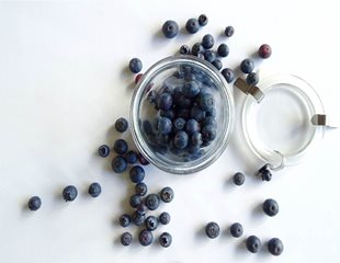 A bowl of blueberries, which help cognitive funtion and promote less cellular aging.